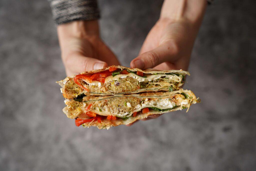 Opgevouwen wrap met falafel